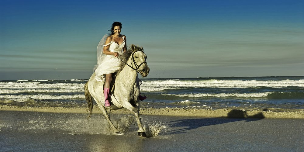 ian-cooper-wedding-photography-beach horse